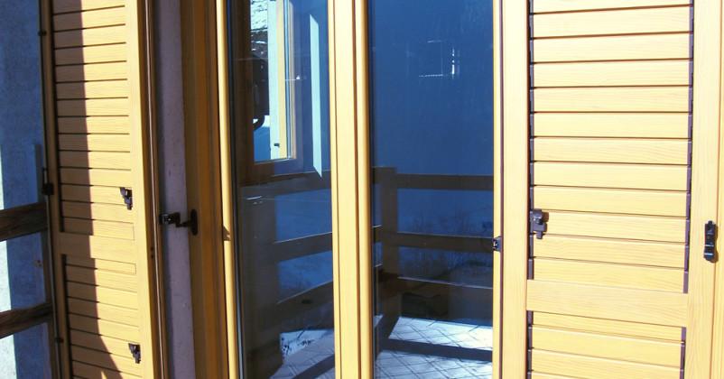 Portainestra in legno e esterno alluminio con scuri in alluminio